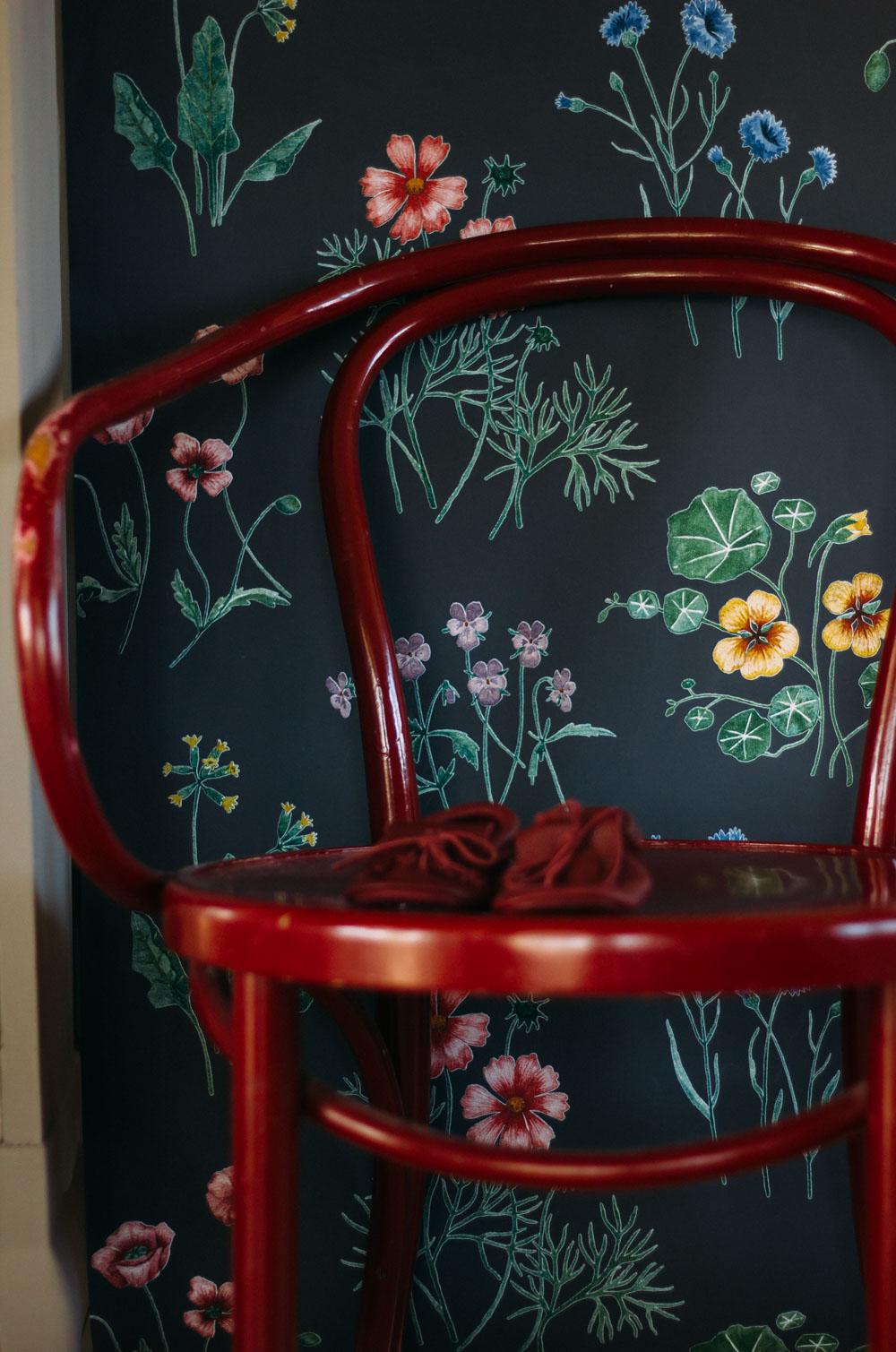 färgsätter efter tapet morgongåva stol midbec tapeter