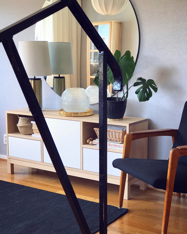radhus-vardagsrum-trappräcke-midbec-tapeter