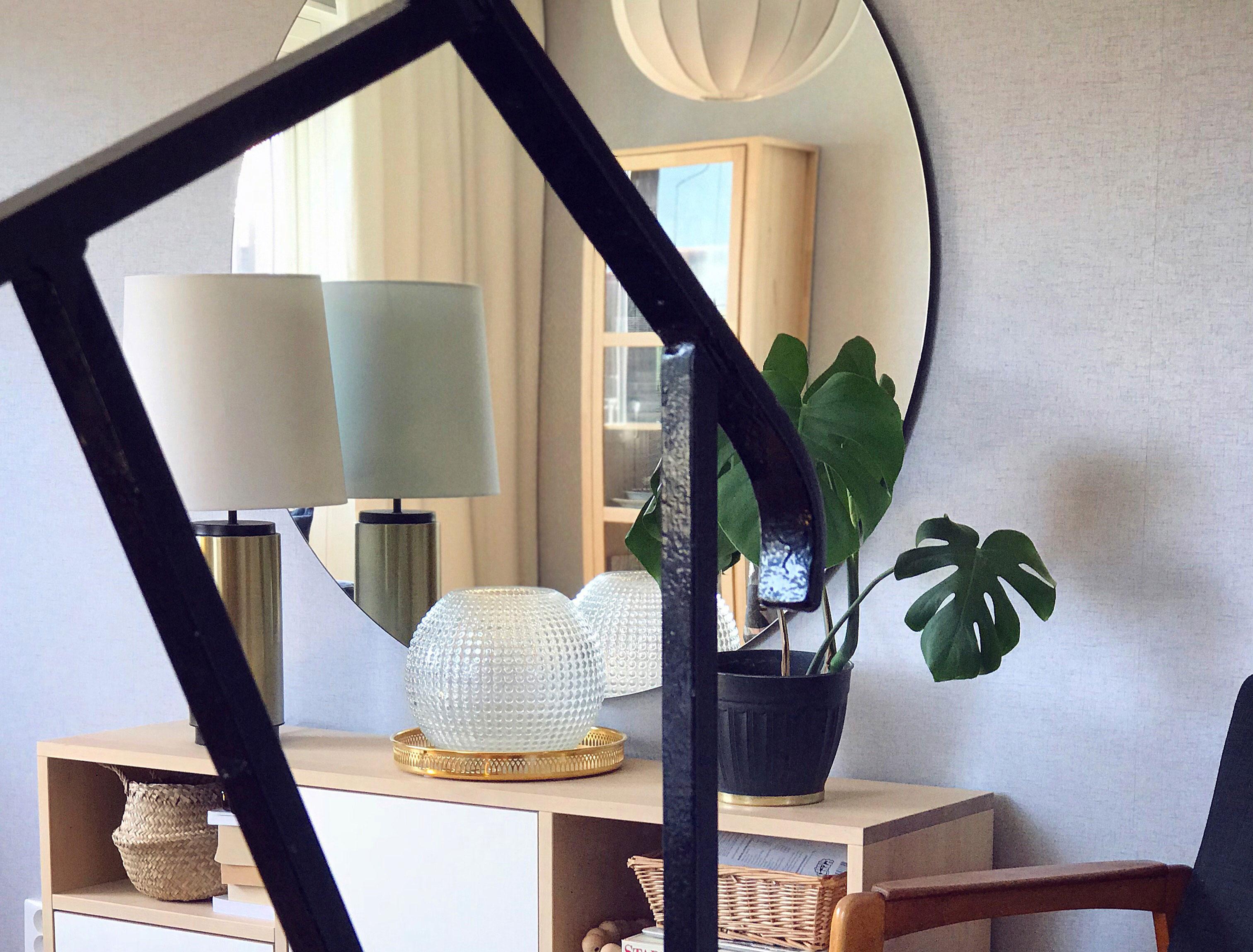 radhus-vardagsrum-trappräcke-midbec-tapeter-efter-1