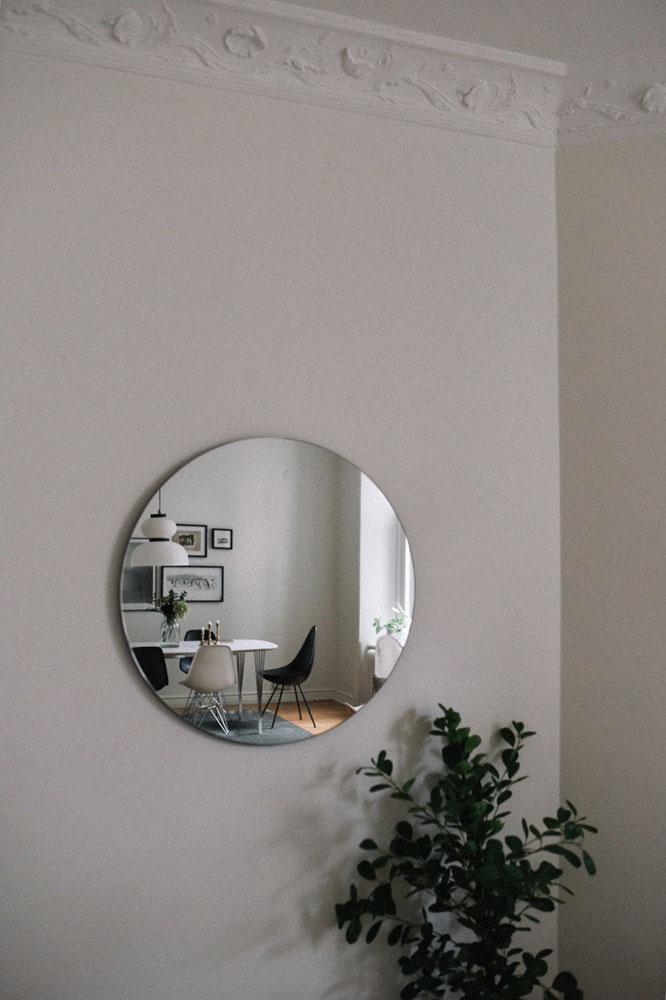 hemma-hos-sekelskiftestvåa-vardagsrum-spegel-midbec-tapeter