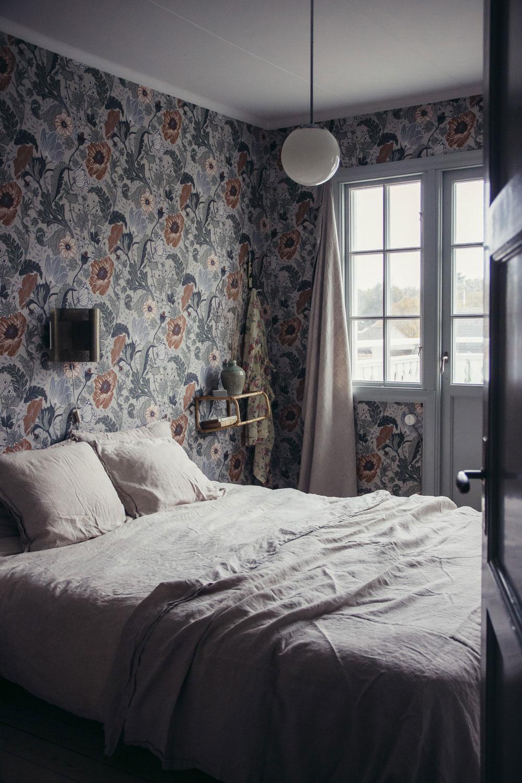 annacate-apelviken-sovrum-säng-midbec-tapeter