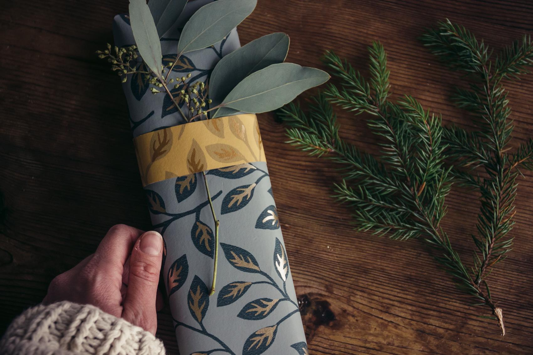 paketinslagning julklapp apelkvist midbec tapeter