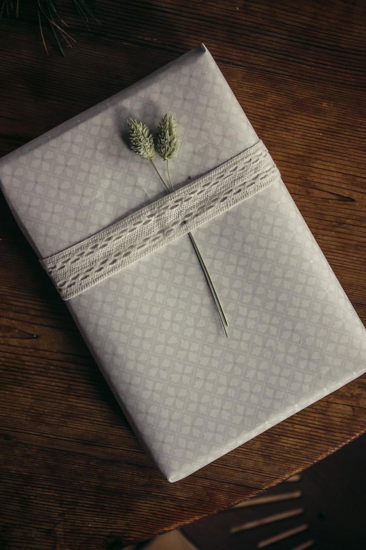paketinslagning julklapp blomstermåla midbec tapeter