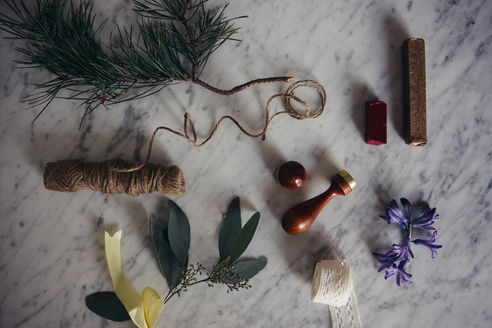 paketinslagning julklapp material midbec tapeter