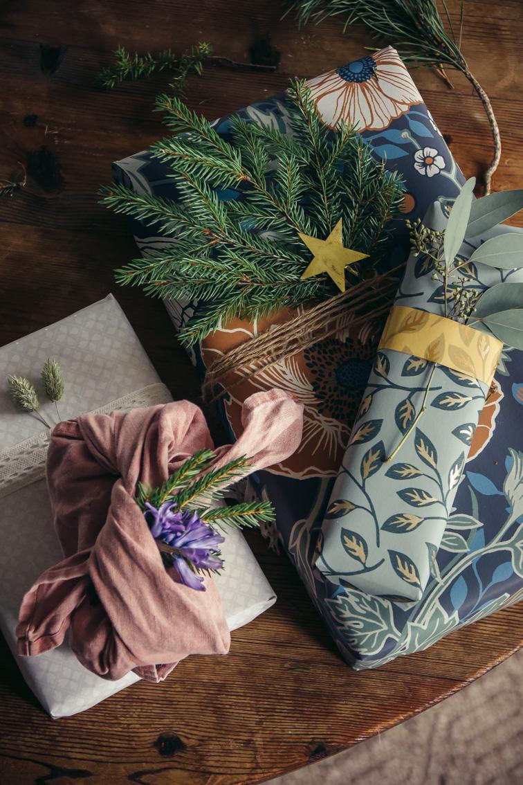 paketinslagning julklapp paket midbec tapeter