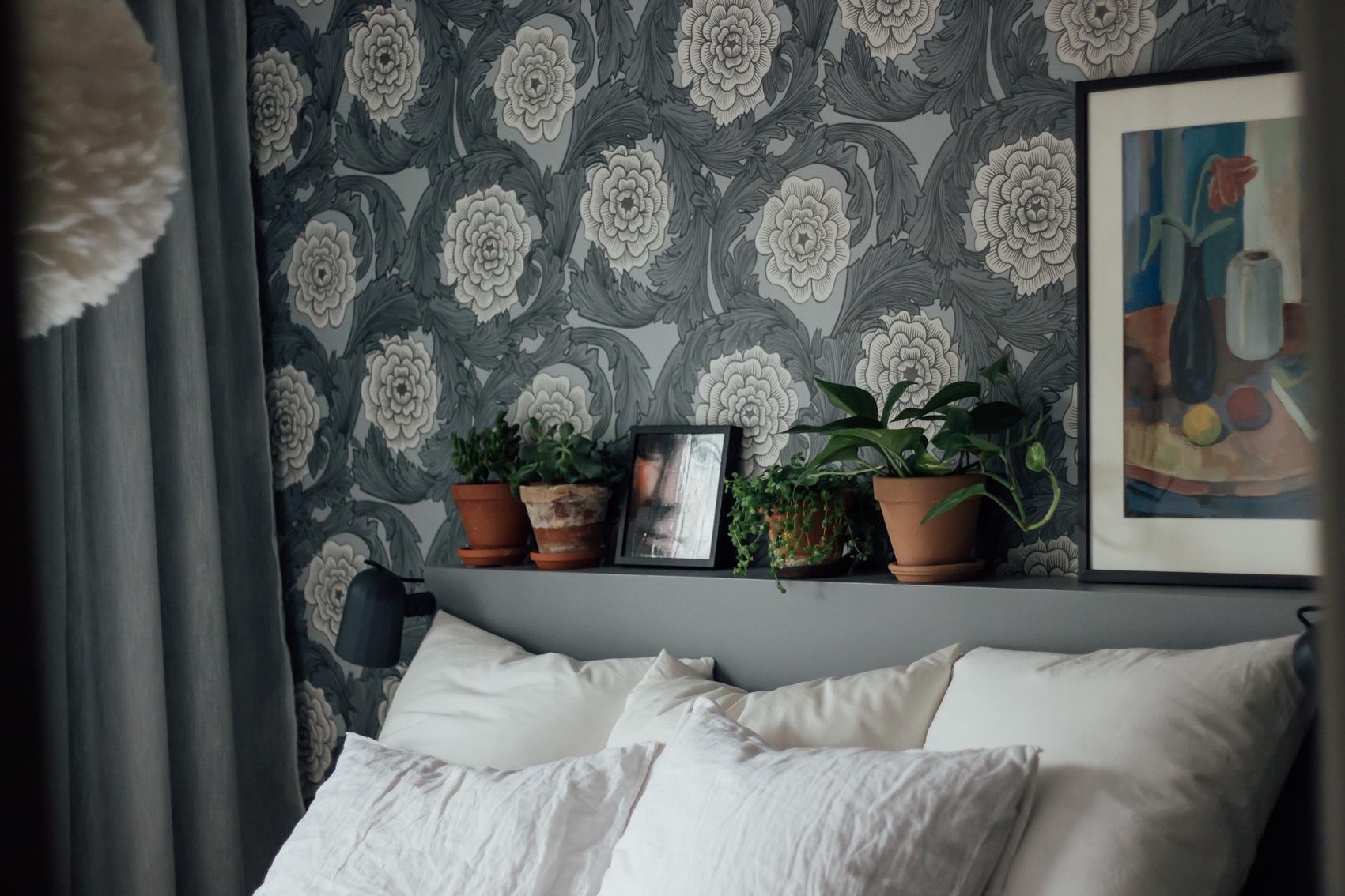 hemma hos trea sovrum säng midbec tapeter