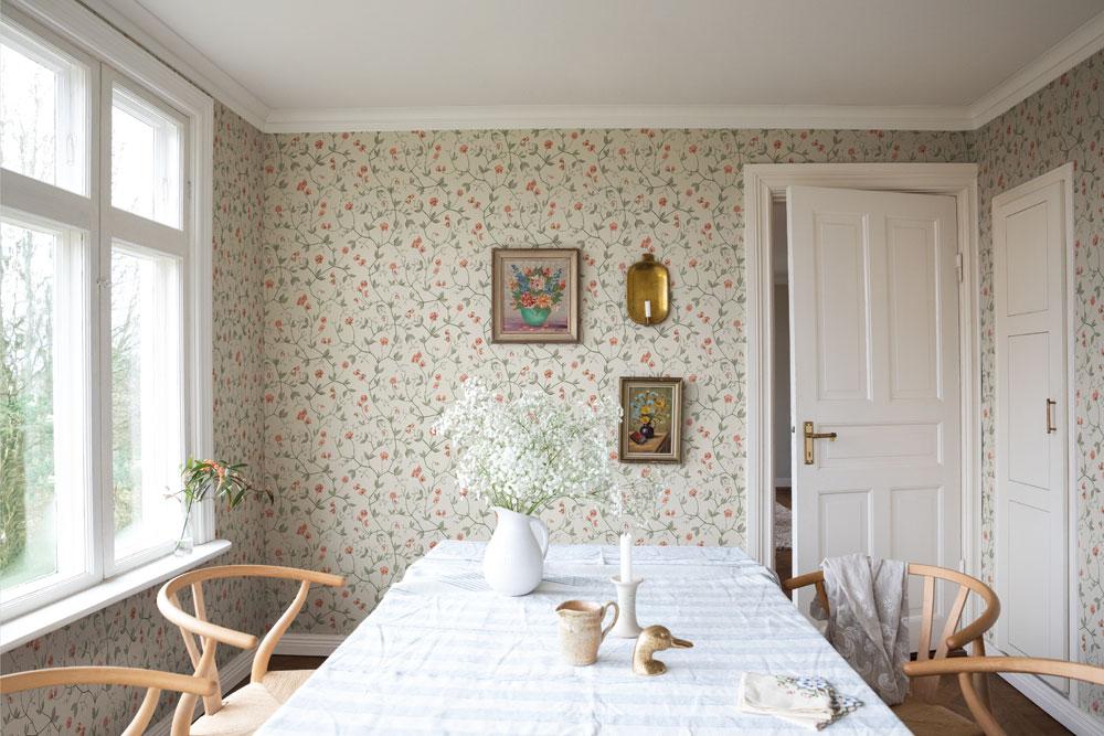 Tapetsera dina väggar med blommor